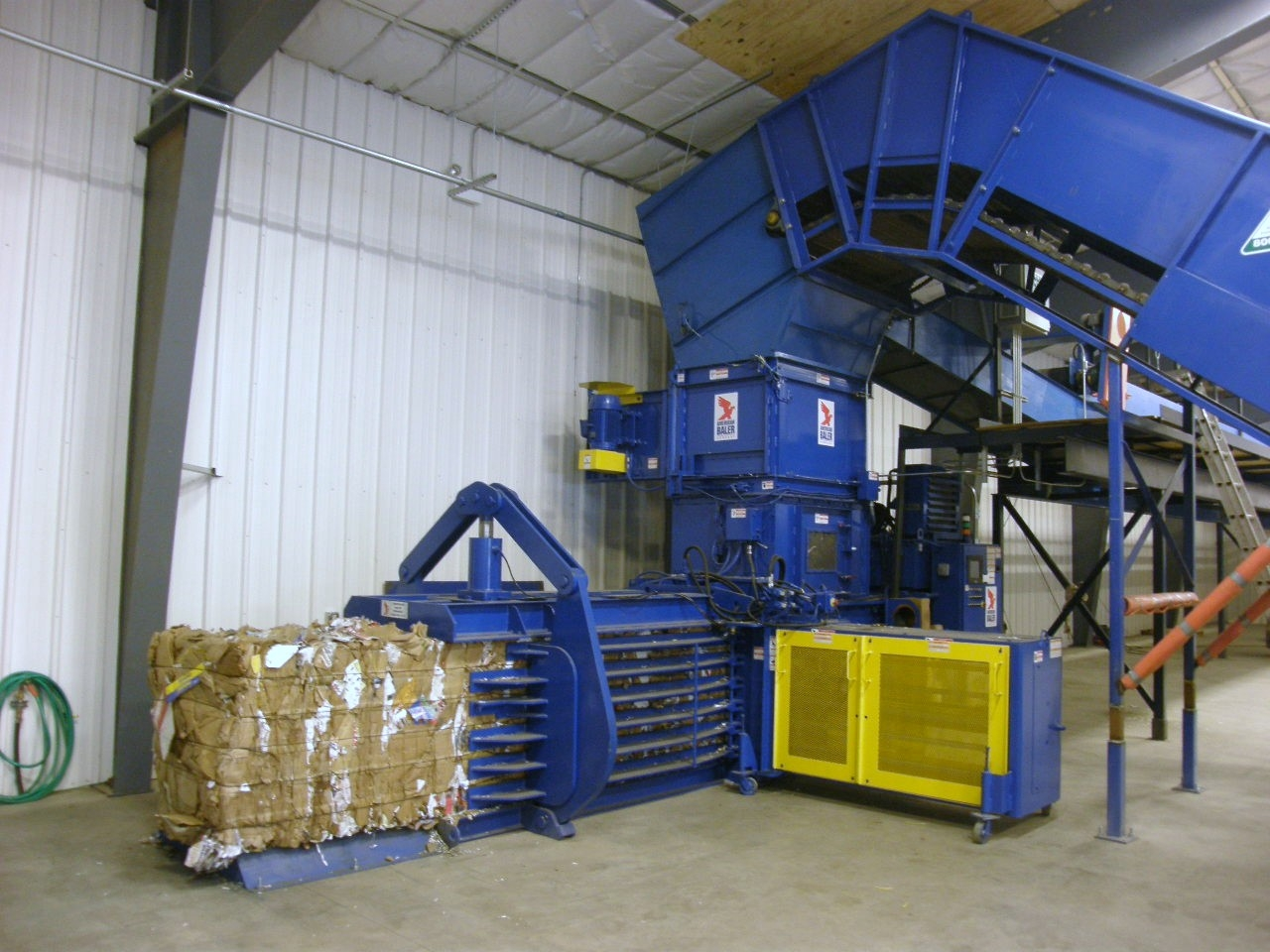 42WS Baler Shown with Baler Feed Conveyor and Optional Fluffer